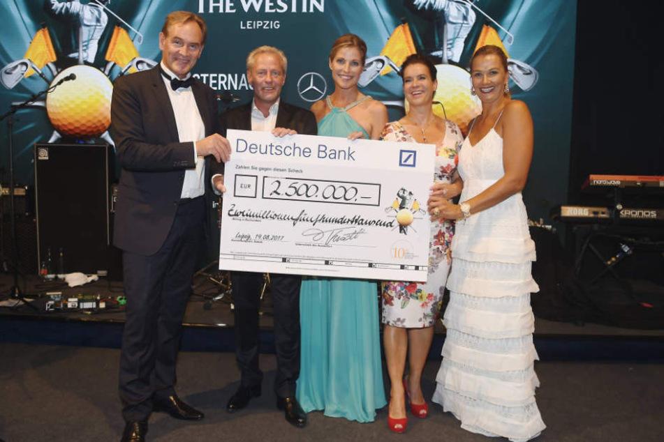 Im letzten Jahr kamen unglaubliche 2,5 Millionen Euro zusammen. Hier freuen sichOBM Burkhard Jung (60, SPD), Steffen Göpel (52), Radiomoderatorin Peggy Schmidt (50) und die Sportlerinnen Katharina Witt (52) und Franziska von Almsick (40).