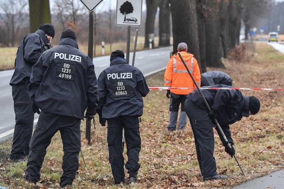 Polizisten suchen am Tatort nach Spuren.