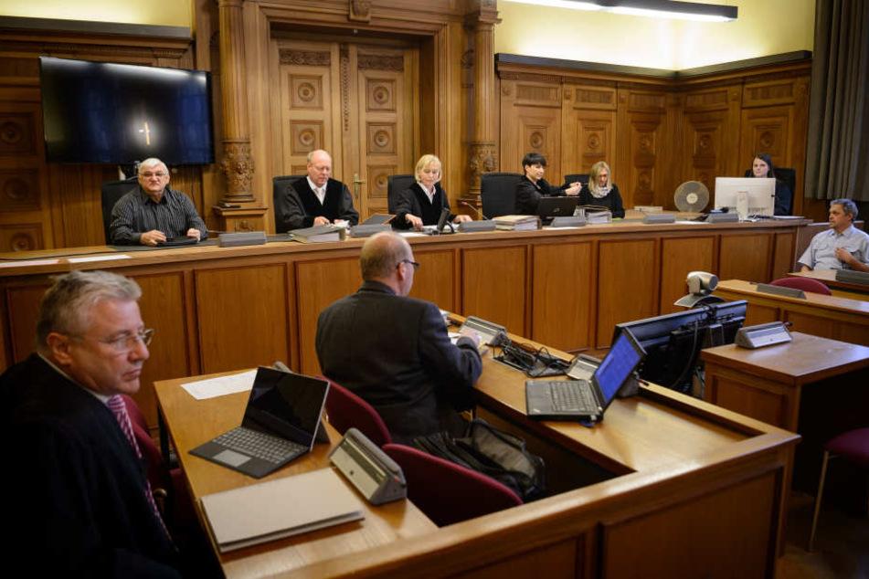 Nach einem Müllwagen-Unfall im August 2017 mit fünf Toten, muss sich der Fahrer wegen fahrlässiger Tötung am Landgericht Tübingen verantworten.