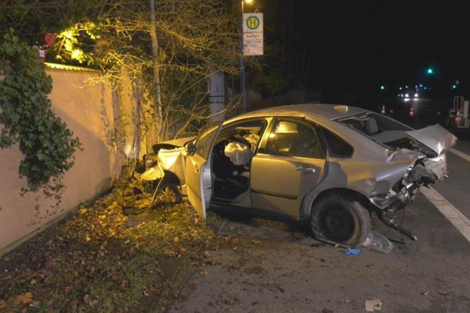 Der Volvo steht völlig beschädigt am Straßenrand.