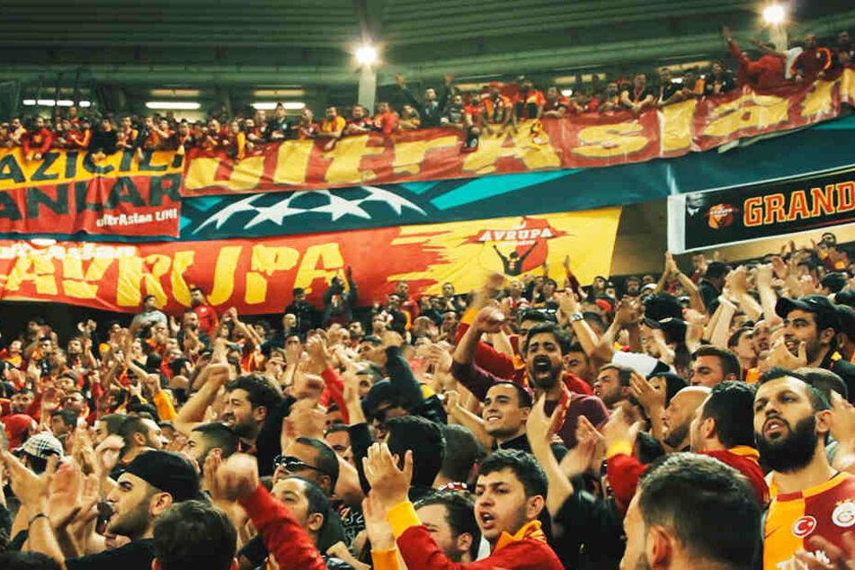Die Galatasaray-Fans bei einem Champions-League-Auswärtsspiel.