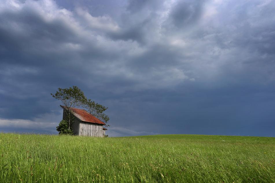 Die Menschen im Freistaat Bayern müssen sich in den nächsten Tagen auf Gewitter und Schauer einstellen. (Symbolbild)