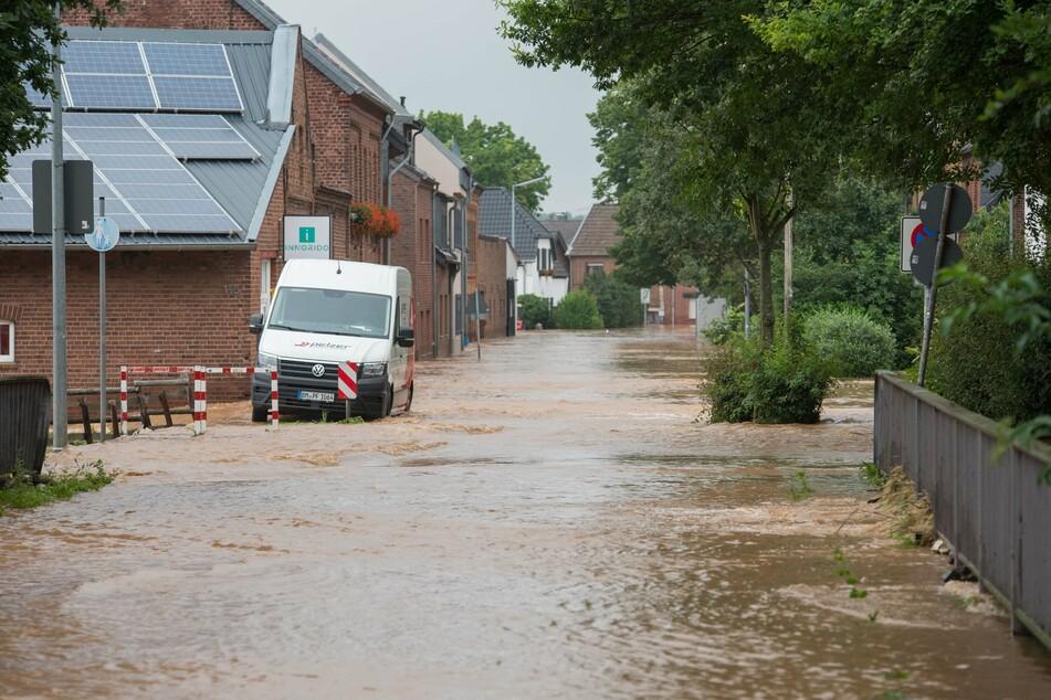 In 23 Städten und Landkreisen in NRW hat es Überschwemmungen gegeben. In Erftstadt sind Häuser vom Einsturz bedroht.