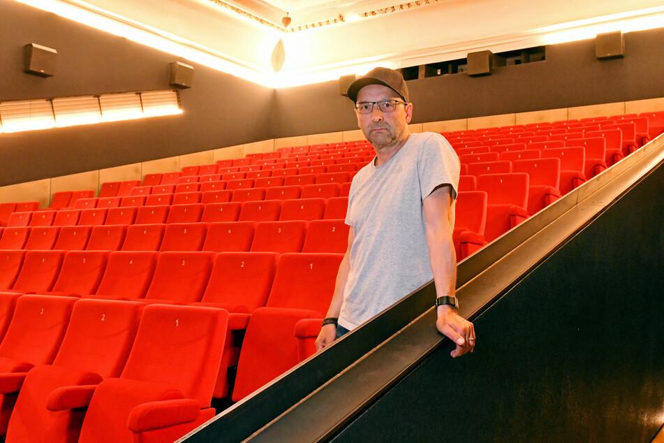 Sven Weser (54) muss vorerst allein in seinem Kino sitzen. Bis zum Neustart dauert es im Programmkino Ost noch lange.