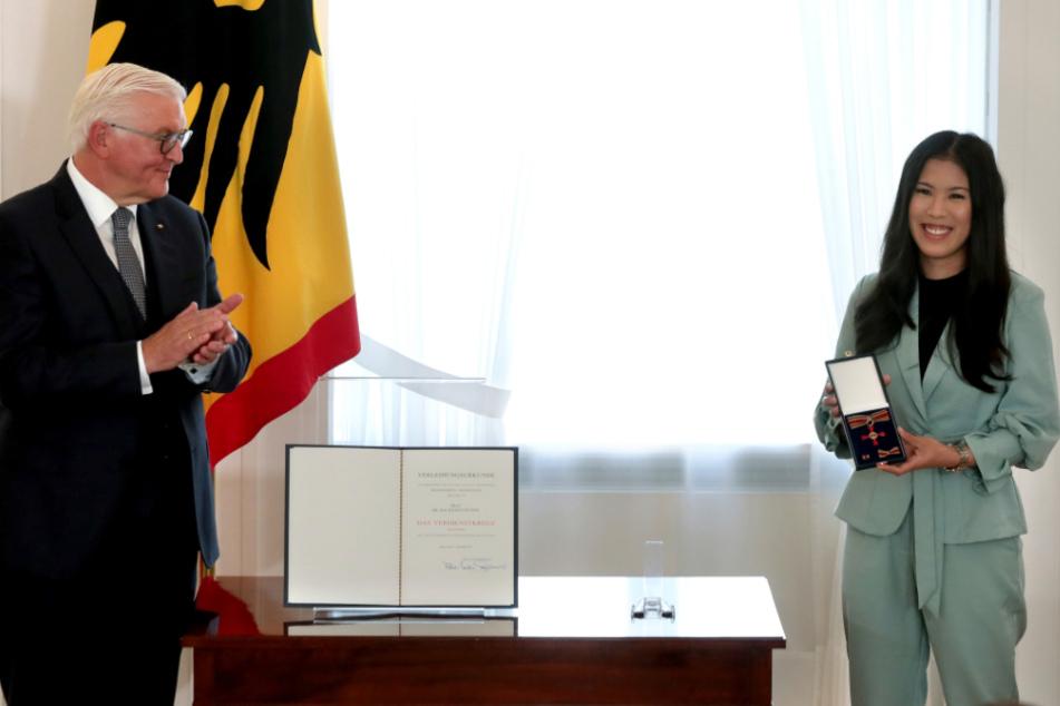 Berlin: Bundespräsident Frank-Walter Steinmeier applaudiert Mai Thi Nguyen-Kim, die er zum Tag der Deutschen Einheit im Schloss Bellevue mit dem Verdienstorden der Bundesrepublik Deutschland ausgezeichnet hat.
