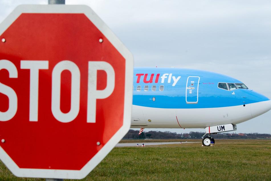 Ein Flieger der Fluggesellschaft Tui rollt auf dem Gelände des Flughafens an einem Stop-Schild vorbei.