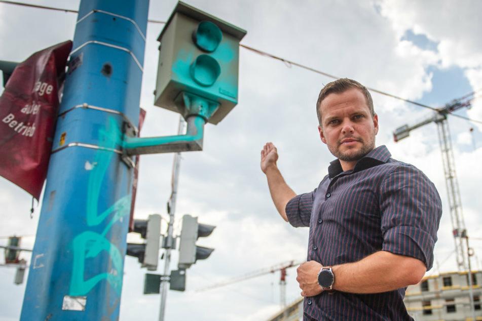 Michael Specht (34, CDU) zeigt den immer noch beschmierten Blitzer an der Bahnhofstraße/Brückenstraße.