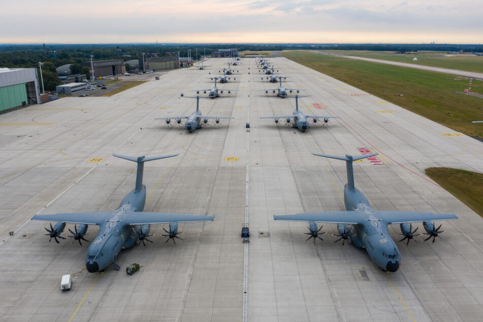 Airbus A400M Atlas Transportflugzeuge stehen auf dem Vorfeld des Fliegerhorstes in Wunstorf. Von hier aus soll Hilfe nach Portugal fliegen. (Archivbild)