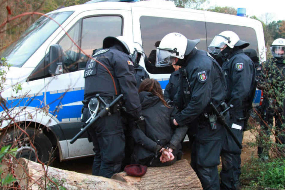 Mit massivem Aufgebot will die Polizei auch am Freitag den Einsatz fortsetzen.