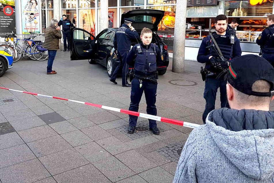 Mann rast in Heidelberg in Menschenmenge und flieht mit Messer