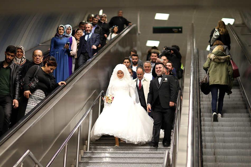 Ungewöhnliche Location für eine Hochzeit, aber dem Brautpaar scheint es zu gefallen.