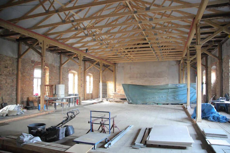 Noch ist der Ballsaal ein Baulager. Wenn's gut läuft, geht's auch hier wieder rund.