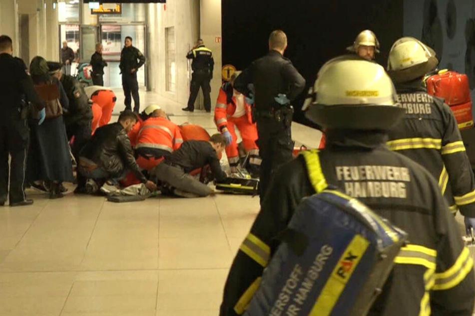 Rettungskräfte versorgten die Mutter und das Kind auf dem Bahnsteig.