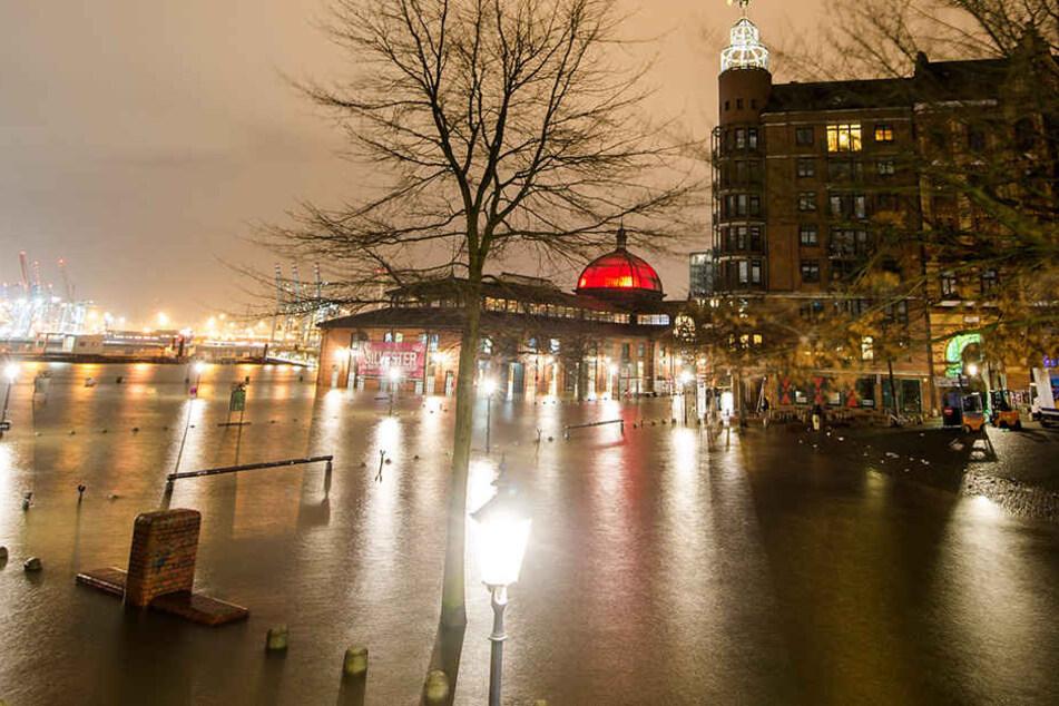 Sturmflut überschwemmt Hafenbereiche in Hamburg