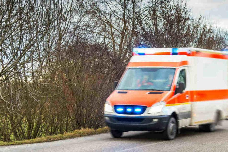 Der verletzte junge Mann wurde ins Krankenhaus gebracht. (Symbolbild)