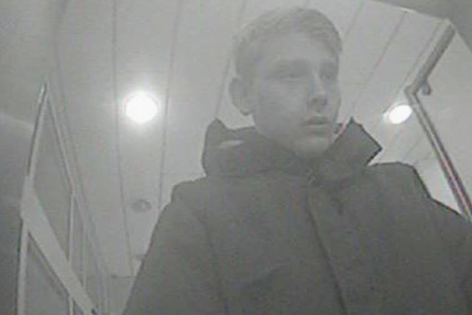 Mit diesem Bild aus einer Überwachungskamera sucht die Polizei einen EC-Karten-Betrüger.