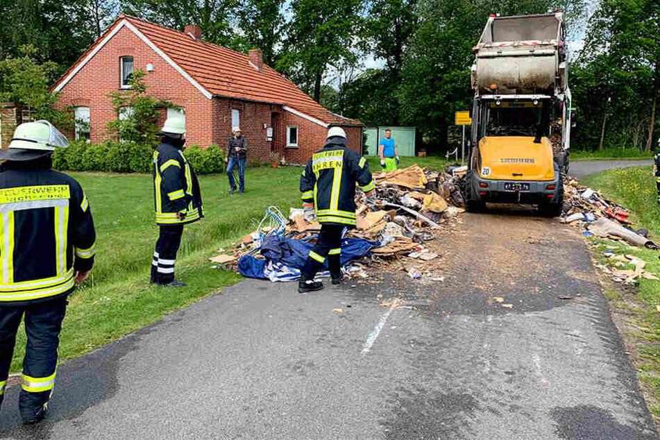 Später kam ein zweites Fahrzeug und transportierte die Müllreste ab.