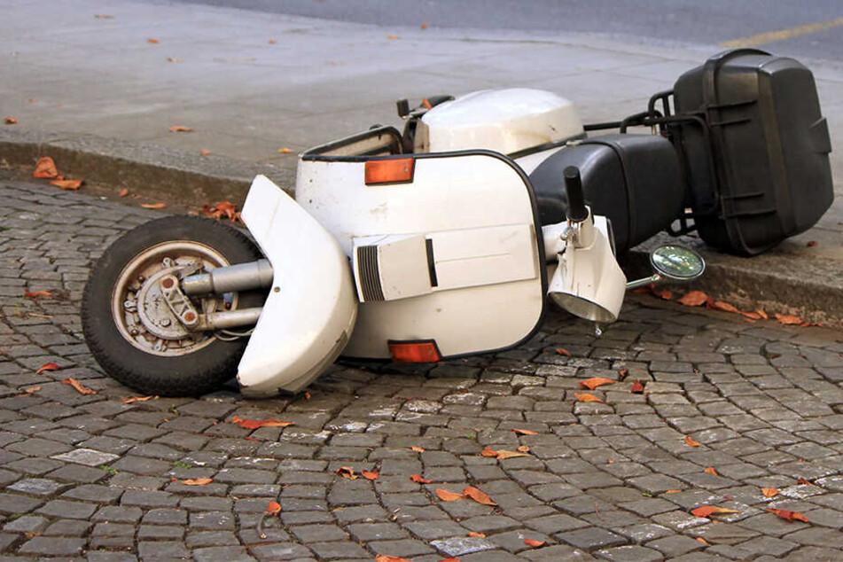 In Zwickau ist der Fahrer eines Motorrollers gestürzt, nachdem ihm ein Auto die Vorfahrt genommen hat. (Symbolbild)