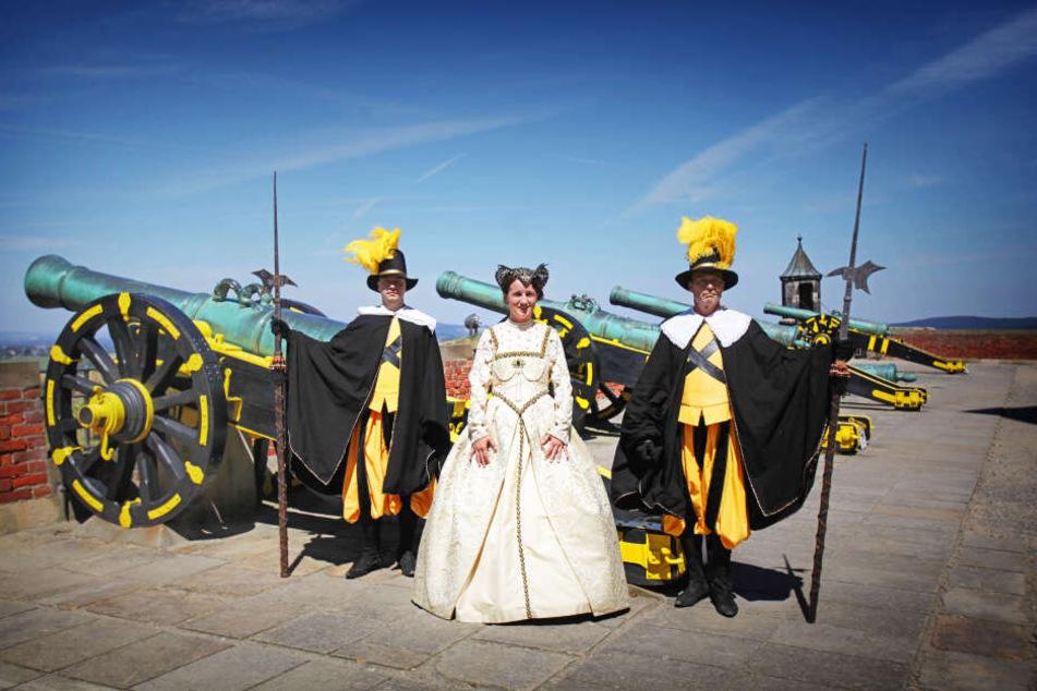 Hofdame Marie Pretzschmer sowie die Leibgardisten Silko Matthieß (l.) und Hartmut Schumacher fiebern den Kanonenschüssen entgegen, die das Renaissance-Fest eröffnen.