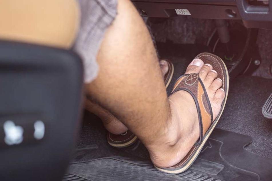 Die Polizei appelliert an Autofahrer, geeignetes Schuhwerk zu tragen (Symbolbild).