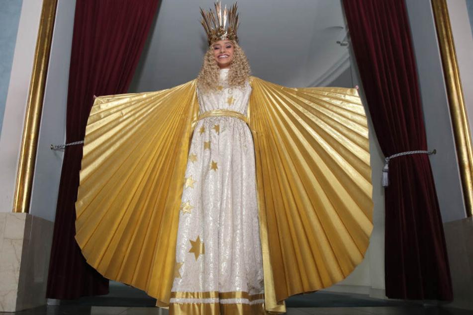 Benigna Munsi, das neue Nürnberger Christkind, steht während der offiziellen Kostümprobe in ihrem Gewand im Staatstheater Nürnberg.