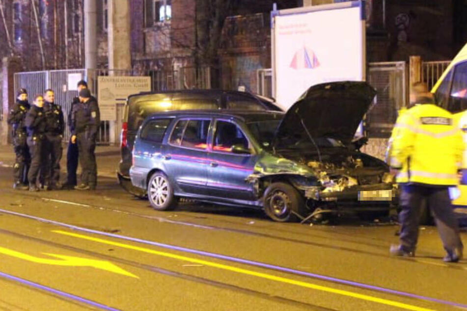 Nach dem Unfall wurde der Renault gegen einen am Straßenrand geparkten Transporter geschoben.