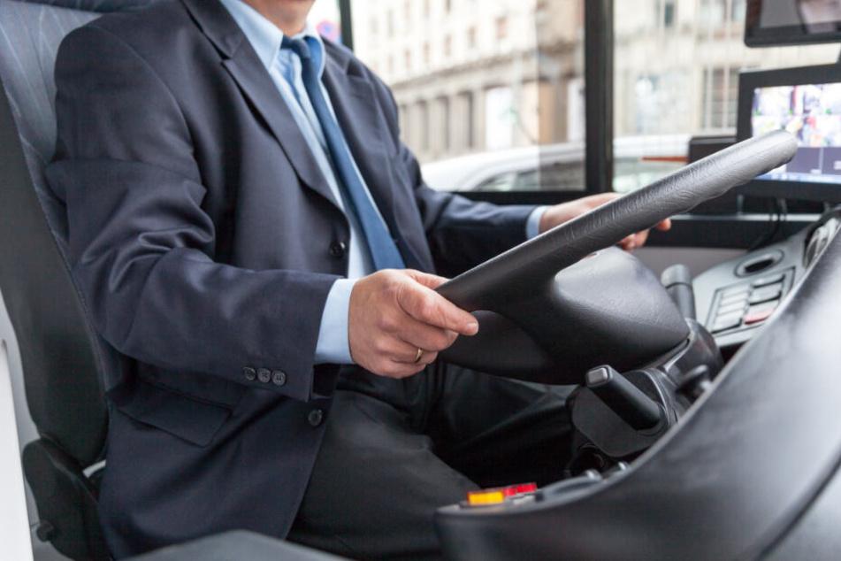 Brutaler Angriff auf Busfahrer: Schlug Frau im Streit um eine offene Tür zu?