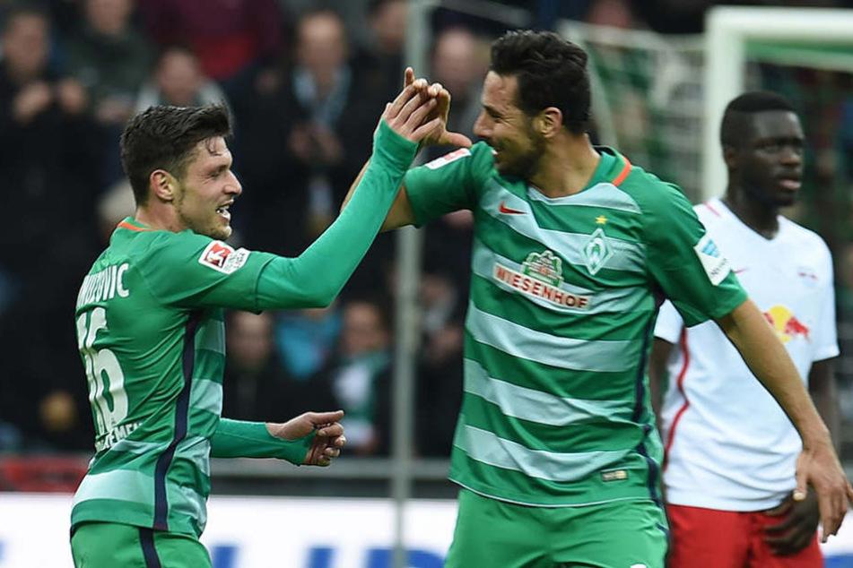 Bremens Zlatko Junuzovic (l.) freut sich mit Claudio Pizarro über sein Tor zum 1:0.