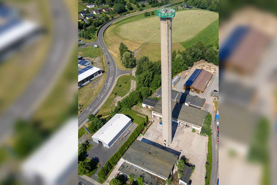 1985 ging das Heizkraftwerk in Olbernhau in Betrieb. Nach vier Jahren war der Ofen aus. Jetzt kommt auch der 106 Meter hohe Schornstein weg.