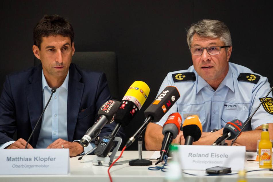 Matthias Klopfer (l, SPD), Oberbürgermeister von Schorndorf und Roland Eisele (r), Polizeipräsident in Aalen, auf der Pressekonferenz.