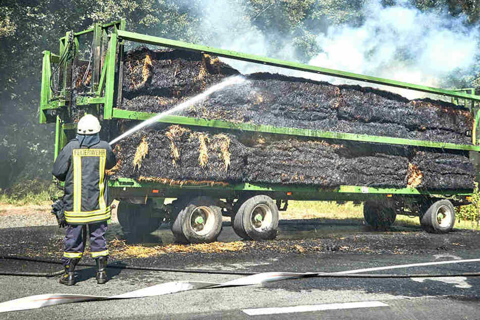 Feuerwehrleute löschten die brennende Ladung eines Gespanns.