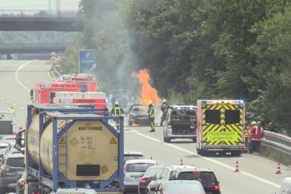 Auto brennt mitten auf A3 bei Langenfeld ab