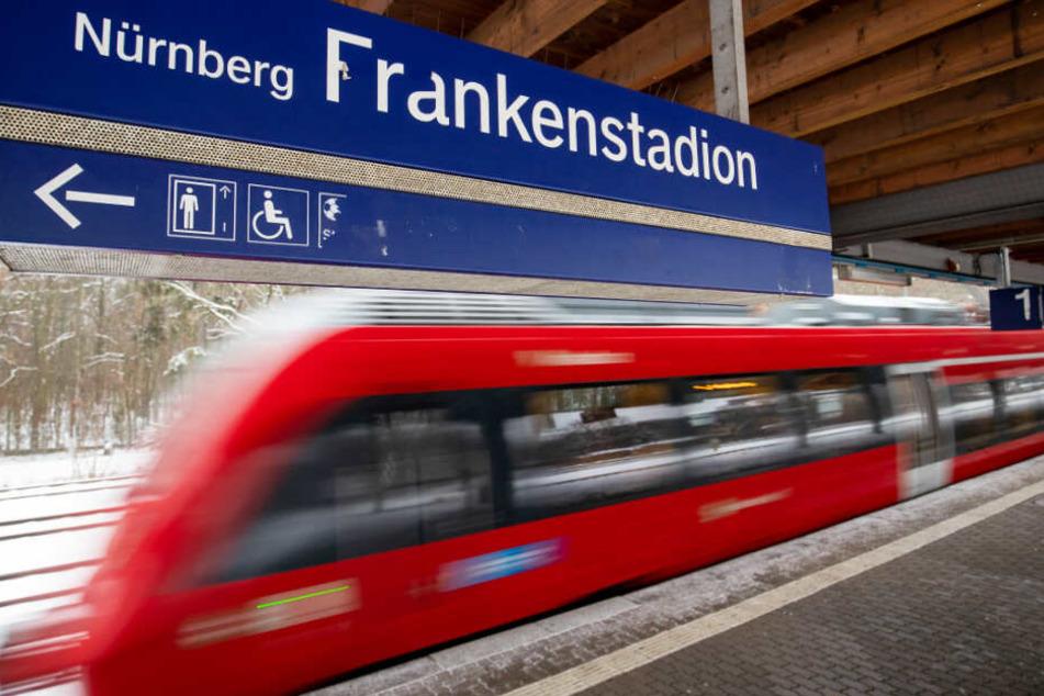 Am S-Bahnhof Frankenstadion in Nürnberg sind Jugendliche ums Leben gekommen.