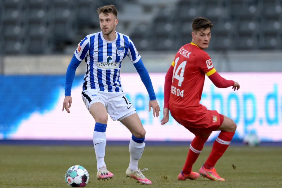 Herthas Lukas Klünter (l.) im Zweikampf mit Leverkusens Patrik Schick.