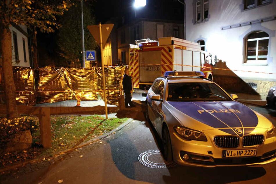 Polizei und Feuerwehr stehen am Tatort: Ein Mann hatte auf die Polizisten geschossen.