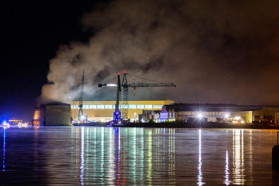 Rauch steigt über der Lürssen-Werft in Bremen-Vegesack in den Himmel.