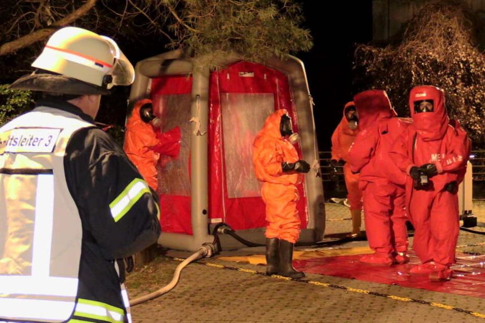 Die Feuerwehr trug Schutzanzüge, da sie nicht wußten, um was für Materialen es sich handelte.