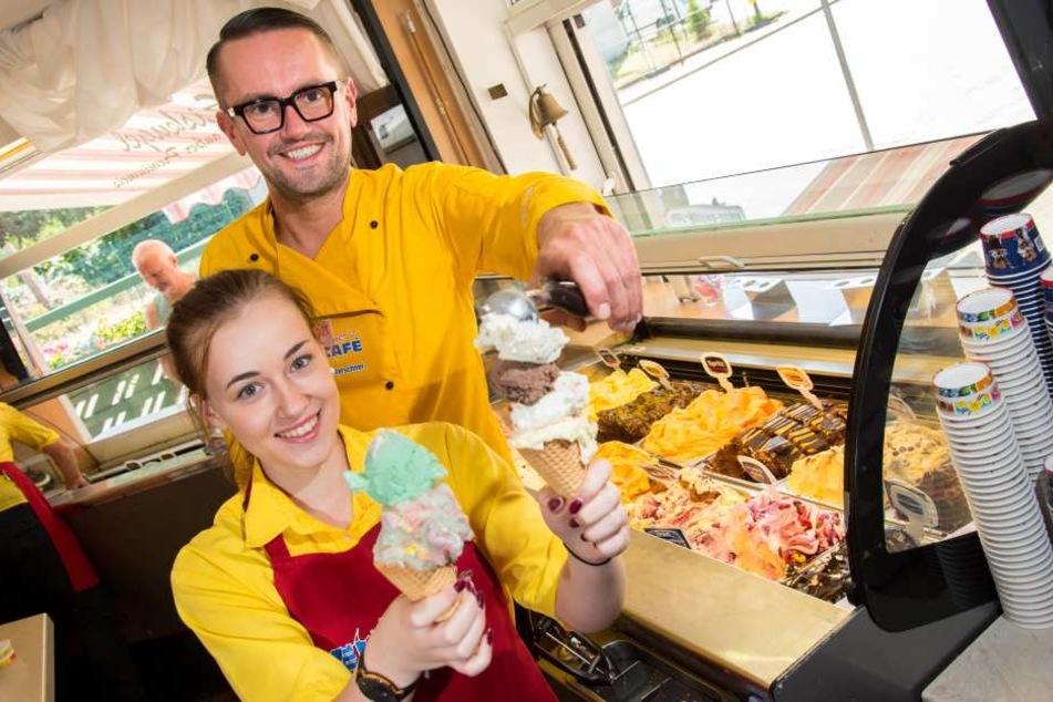 Johanna Schrön (18) und Andreas Marschner (38) von Marschner's Eiscafé können die Kugeln nicht mehr zählen. Täglich verkaufen sie rund 150 Kilogramm Eis.