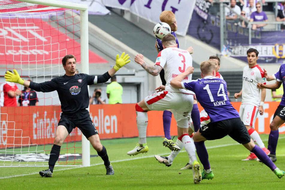 """Keeper Martin Männel (l.) war auch in der abgelaufenen Saison wieder ein starker Rückhalt für die """"Veilchen"""". Gut, dass sein Vertrag beim FCE noch zwei Jahre läuft."""