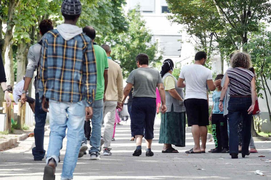 Flüchtlinge gehen in der Landeserstaufnahme für Asylbewerber einen Weg entlang. Werden ihre Familien bald nicht mehr zuziehen dürfen?