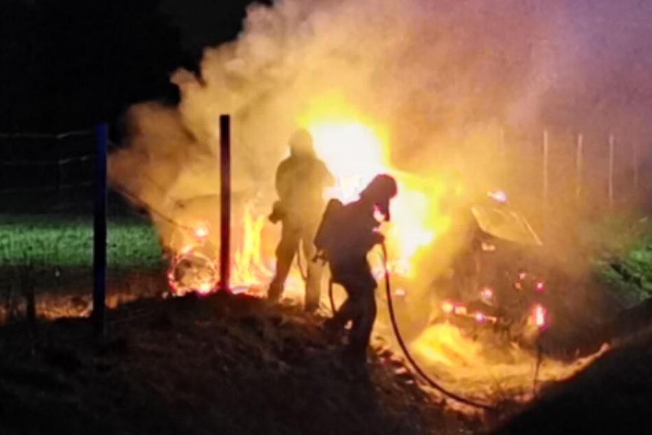Schwerverletzter SUV-Fahrer rettet sich nach Unfall auf der A1 aus brennendem Wrack