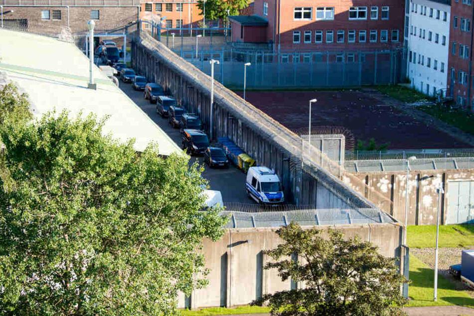 Polizeifahrzeuge stehen in der JVA Lübeck, in der am Montagnachmittag ein Insasse eine Psychologin in seine Gewalt gebracht hatte.