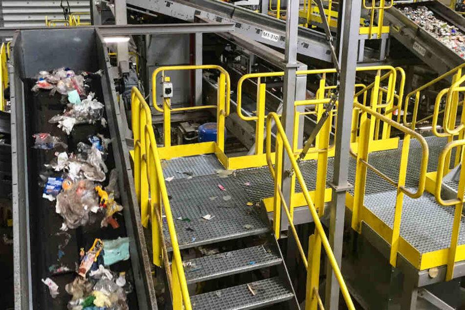 Insgesamt sorgen Laufbänder von etwa 2,5 Kilometer Länge für die korrekte Müllsortierung.