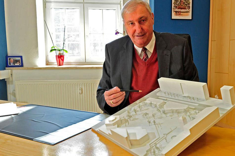 Bauunternehmer Claus Kellnberger mit einem Modell, wie der Stadthallenpark einmal aussehen könnte.