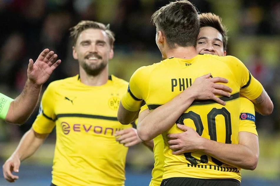 Dortmunds Raphael Guerreiro (r) jubelt mit mit Maximilian Philipp (M) und Marcel Schmelzer über seinen Treffer zum 1:0.