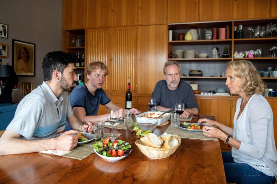 Silke und Jürgen (Juliane Köhler und Wolfram Koch) haben den syrischen Flüchtling Bassem (Adnan Jafar) bei sich aufgenommen, was ihrem Sohn Florian (Bruno Alexander) gar nicht recht ist.