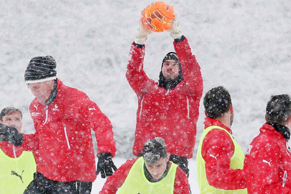 FSV Keeper Johannes Brinkies fängt heute in der Halle statt im Schnee Bälle.