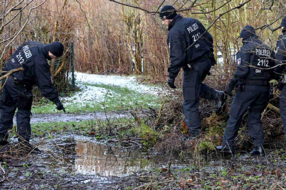 Polizisten suchen im Januar in der Nähe des Tatorts nach der Tatwaffe. (Archivbild.)