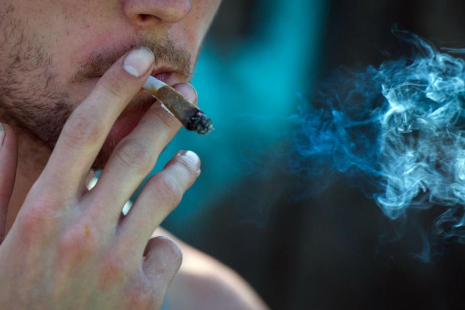 Ein Mann raucht medizinisches Cannabis - aber es gilt als Einsteigerdroge.