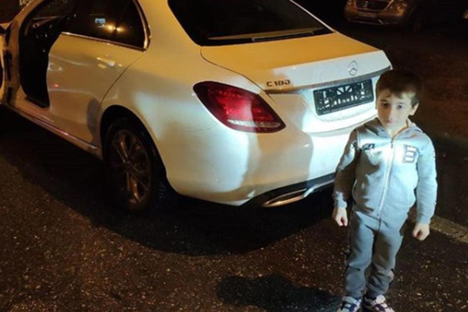 Der fünfjährige Rachim Kuriyev vor seinem neuen Mercedes.